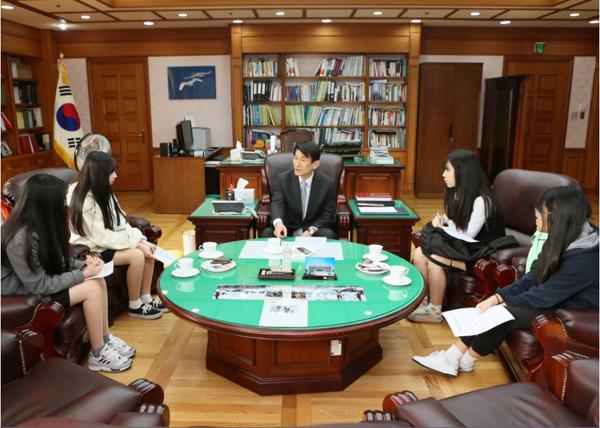 김용헌 사무처장이 덕성여고생들과 대화를 나누는 모습(사진=헌법재판소)