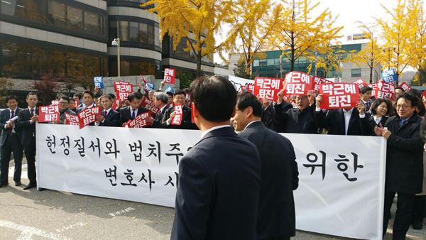 진행자인 오영중 변호사(서울변호사회 인권위원장)을 계속 따라다니는 형사.