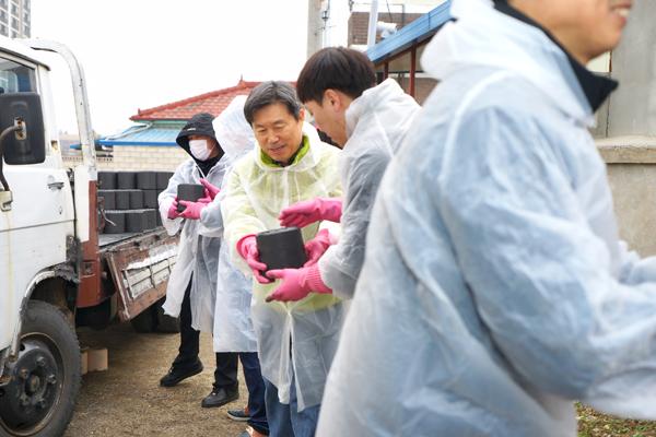 연탄 배달하는 제정부 법제처장과 법제처 직원들