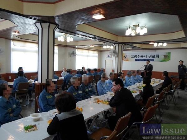 교정협의회위원들이 고령수용자 위로회를 열고 있다.(사진제공=부산구치소)