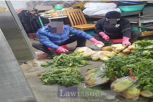 사회봉사 대상자들이 김장담기에 구슬땀을 흘리고 있다.(사진제공=대구준법지원센터)
