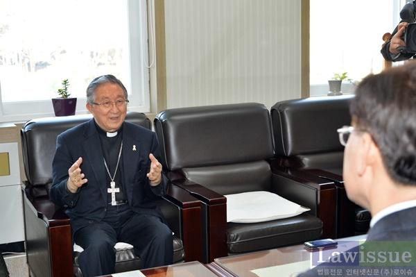 김희중 대주교가 이재명 성남시장과  환담을 나누고 있다.