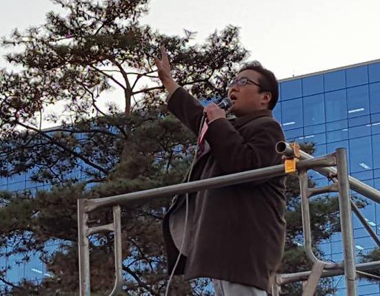 9일 국회 앞 집회에서 사회를 진행하는 김덕진 천주교인권위원회 사무국장(사진=한인섭 서울대 교수 페이스북)