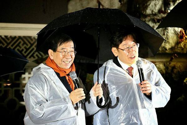 8일 밤 국회 의사당 앞에서의 박원순 서울시장과 이재명 성남시장 . 사진은 이재명 시장 페이스북