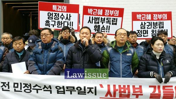 투쟁발언하는 김주업 공무원노조위원장