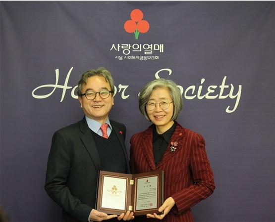 29일 가입식에서 조소현 변호사(왼쪽)와 조경란 서울고등법원 부장판사(오른쪽)가 기념촬영을 하고 있다.