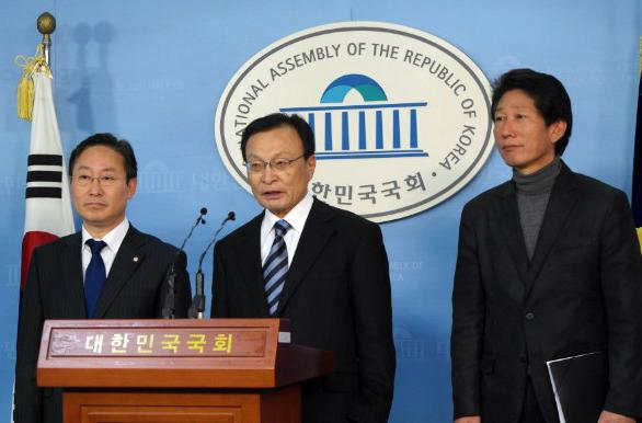 11일 기자회견하는 박범계 의원, 이해찬 의원(가운데), 오상호 노무현재단 사무처장